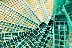 Escaleras espirales verdes, rejilla del metal instalada Fotos de archivo libres de regalías