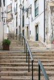 Escaleras estrechas del guijarro en Lisboa Imagenes de archivo
