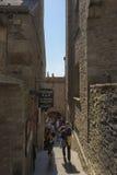 Escaleras estrechas en Mont Saint Michel, Francia Foto de archivo libre de regalías