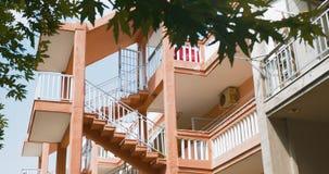 escaleras exteriores entre los niveles de casa de varios pisos metrajes