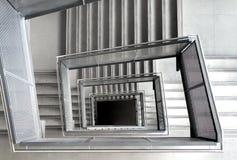Escaleras formadas cuadrado en un edificio de oficinas Imagenes de archivo