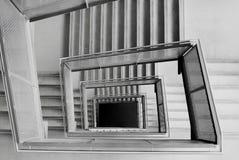Escaleras formadas cuadrado en un edificio de oficinas Fotos de archivo