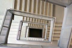 Escaleras formadas cuadrado en un edificio de oficinas Foto de archivo libre de regalías