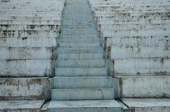 Escaleras fotografiadas del primer a la calle La estructura se hace de bloques de cemento foto de archivo