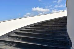 Escaleras hasta un cielo nublado imagenes de archivo