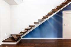 Escaleras iluminadas en casa moderna Foto de archivo