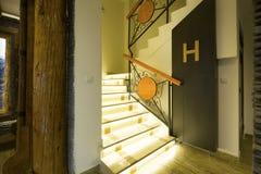 Escaleras iluminadas en pasillo vacío imágenes de archivo libres de regalías