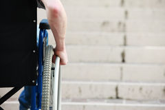 Escaleras inaccesibles de la silla de ruedas fotos de archivo