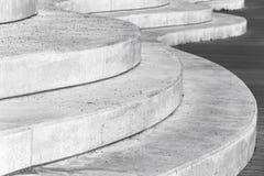 Escaleras interiores, curvadas concretas abstractas Fotografía de archivo libre de regalías