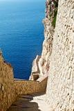 Escaleras a la cueva de la naturaleza en la ceja Caccia Fotografía de archivo
