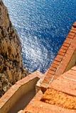 Escaleras a la cueva de la naturaleza en la ceja Caccia Imagen de archivo