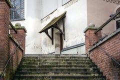 Escaleras a la entrada de una iglesia Imágenes de archivo libres de regalías