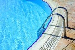 Escaleras a la piscina Fotos de archivo