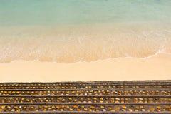 Escaleras a la playa hermosa de la arena Imágenes de archivo libres de regalías