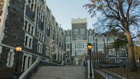 Escaleras ligeras diseñadas góticas de los postes del edificio imagen de archivo libre de regalías