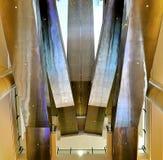 Escaleras móviles de debajo fotografía de archivo