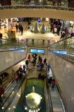Escaleras móviles del centro comercial en las Navidades Imagenes de archivo