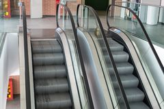 Escaleras móviles dentro del edificio público en el movimiento continuo fotografía de archivo libre de regalías