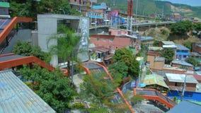 Escaleras móviles eléctricas en el comuna 13, vecindad de Medellin Colombia metrajes