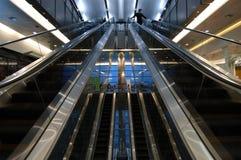 Escaleras móviles en aeropuerto Foto de archivo