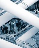 Escaleras móviles en alameda de compras Imagen de archivo libre de regalías