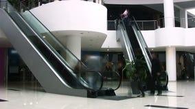 Escaleras móviles en centro comercial. Timelapse