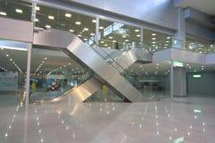 Escaleras móviles en centro de asunto Fotografía de archivo