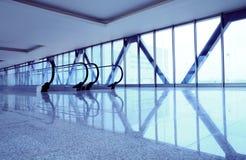 Escaleras móviles en centro de negocios moderno Imagen de archivo libre de regalías
