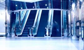 Escaleras móviles en centro de negocios moderno Foto de archivo libre de regalías
