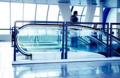 Escaleras móviles en centro de negocios moderno Imagenes de archivo