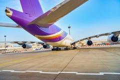 Escaleras móviles en el aeropuerto imagen de archivo libre de regalías