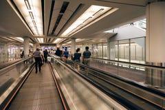Escaleras móviles en el aeropuerto de Hong-Kong Foto de archivo libre de regalías