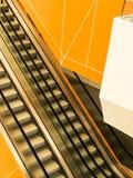 Escaleras móviles en el edificio público Imagen de archivo libre de regalías