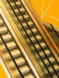 Escaleras móviles en el edificio público Imágenes de archivo libres de regalías