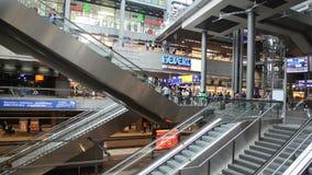 Escaleras móviles en el ferrocarril central de Berlín almacen de metraje de vídeo