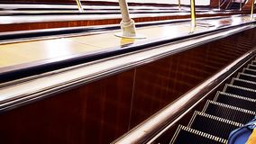 Escaleras móviles en el ferrocarril, almacen de video