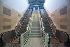 Escaleras móviles en el movimiento en una estación de tren, yendo del metro a la plataforma Imagenes de archivo