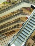 Escaleras móviles en la alameda de compras foto de archivo libre de regalías