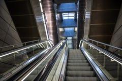 Escaleras móviles en la estación de metro en Copenhague, Dinamarca Imagenes de archivo