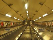 Escaleras móviles en la manera al tubo, Londres Inglaterra Fotografía de archivo