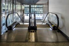 Escaleras móviles en un edificio Fotografía de archivo