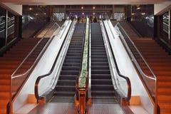 Escaleras móviles en un hotel Foto de archivo libre de regalías