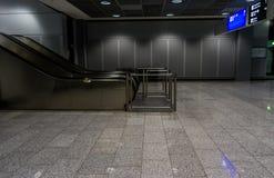 Escaleras móviles en un pasillo en aeropuerto Imagen de archivo libre de regalías