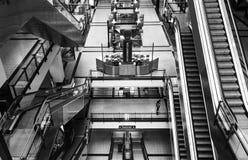 Escaleras móviles en una alameda de compras Fotografía de archivo