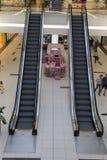 Escaleras móviles en una alameda de compras al por menor en Bucarest Imagen de archivo