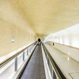 Escaleras móviles largas en el terminal 1 en el aeropuerto Charles de Gaull Foto de archivo libre de regalías