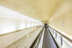 Escaleras móviles largas en el terminal 1 en el aeropuerto Charles de Gaull Fotos de archivo libres de regalías