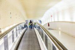Escaleras móviles largas en el terminal 1 en el aeropuerto Charles de Gaull Imagenes de archivo