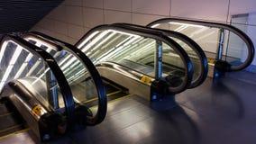 Escaleras móviles que brillan intensamente fotos de archivo