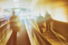 Escaleras móviles y escaleras en el aeropuerto Imágenes de archivo libres de regalías
